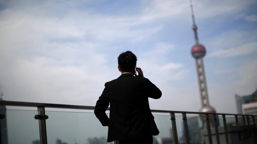 Spionage-Software: Ein Mann telefoniert in China.