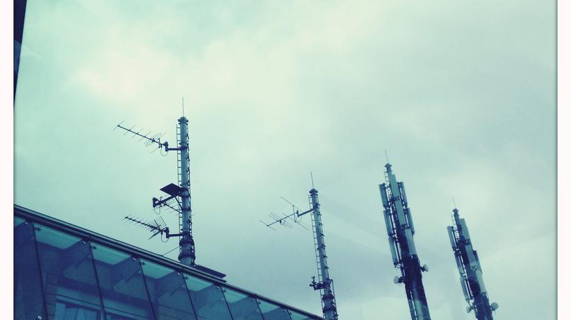 Überwachung: Mobilfunkantennen auf einem Gebäude des Bundestages