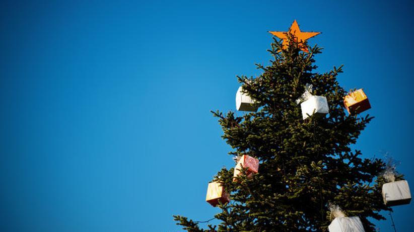 Geschenke baumeln am Weihnachtsbaum in Düsseldorf