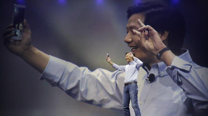 Lei Jun, CEO von Xiaomi, macht ein Selfie mit dem neuen Mi Note. Wird Xiaomi zum Apple-Konkurrenten?