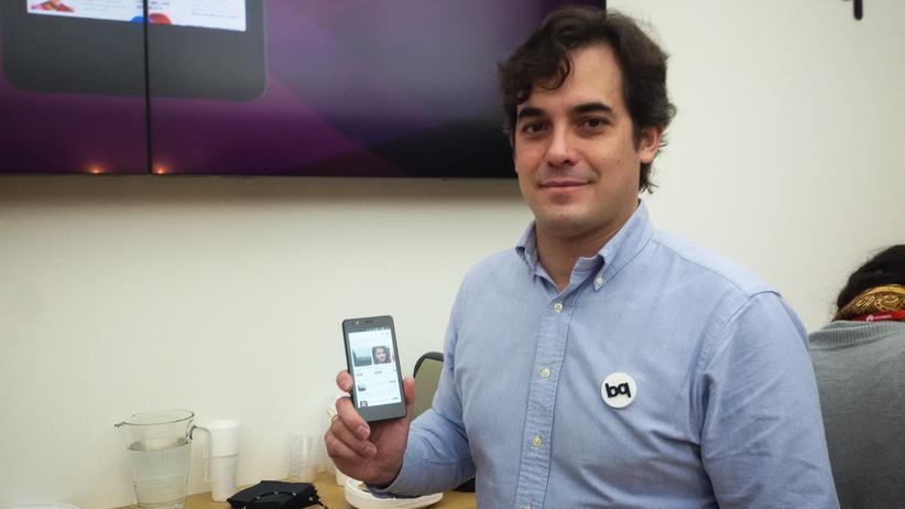 BQ-Vizepräsident Rodrigo del Prado mit dem ersten Ubuntu Phone.