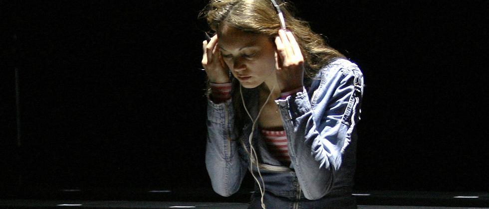 Eine Frau hört Musik
