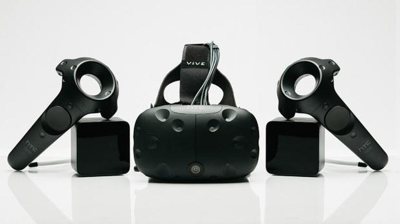 HTC Vive: Die HTC Vive mit Trackern und Controllern.
