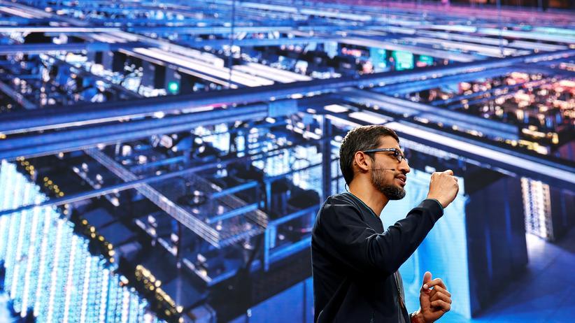 Allo: Google-CEO Sundar Pichai auf der Entwicklerkonferenz I/O. Im Hintergrund: Googles Chatbot, beziehungsweise die Infrastruktur dafür