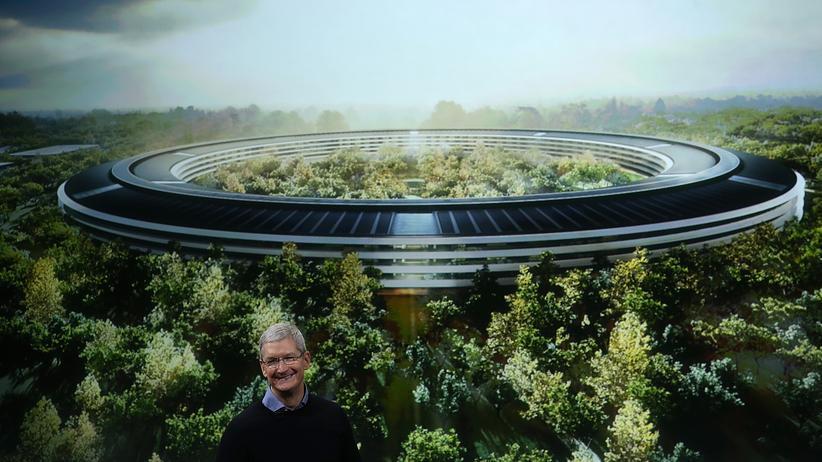 Apple-CEO Tim Cook vor einer Illustration des künftigen Apple-Hauptquartiers
