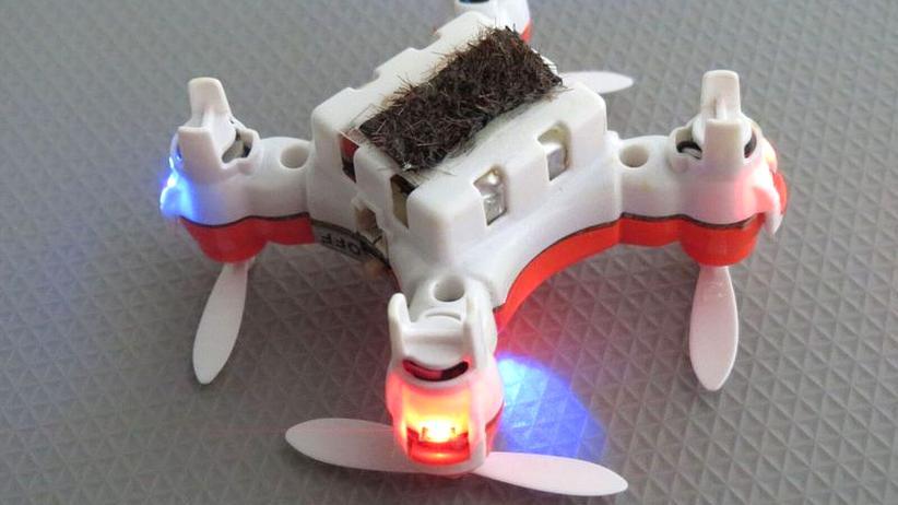 Die Unterseite der Bestäubungs-Drohne mit Pferdehaar