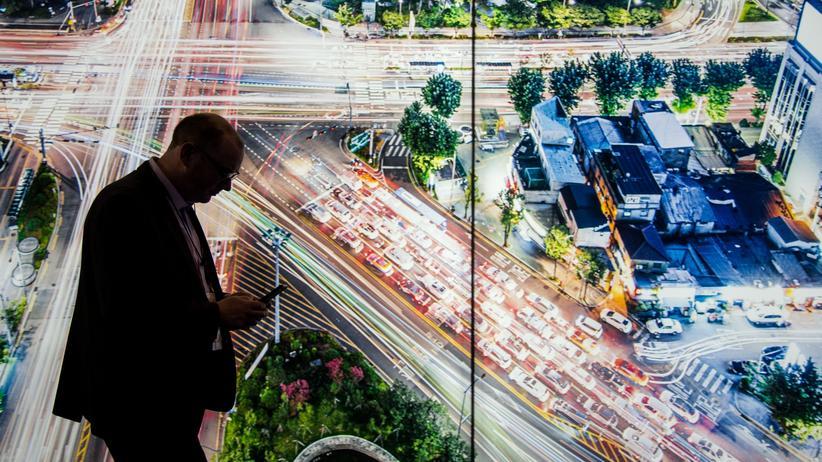 Mobile World Congress: Besucher des Mobile World Congress: 5G wird nicht nur neue Smartphone-Anwendungen ermöglichen.