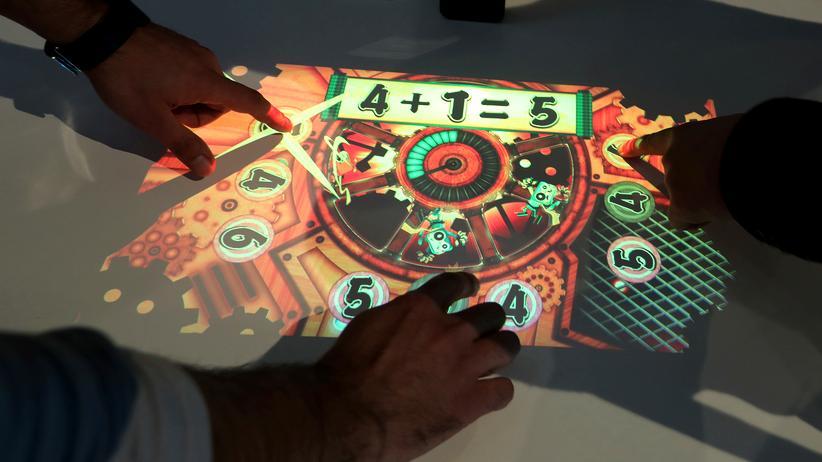 Das Xperia Touch erkennt Eingaben von mehreren Personen.