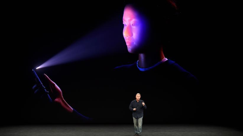Das iPhone X kann per Gesichtserkennung entsperrt werden.