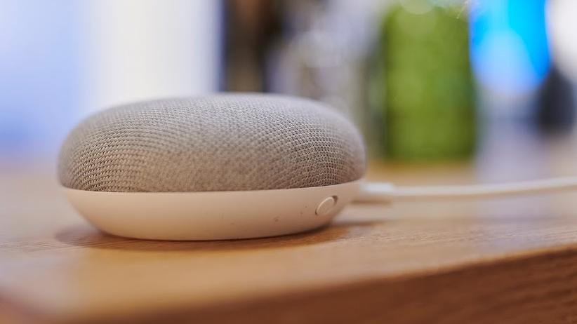 Der kleine Google Home Mini Lautsprecher