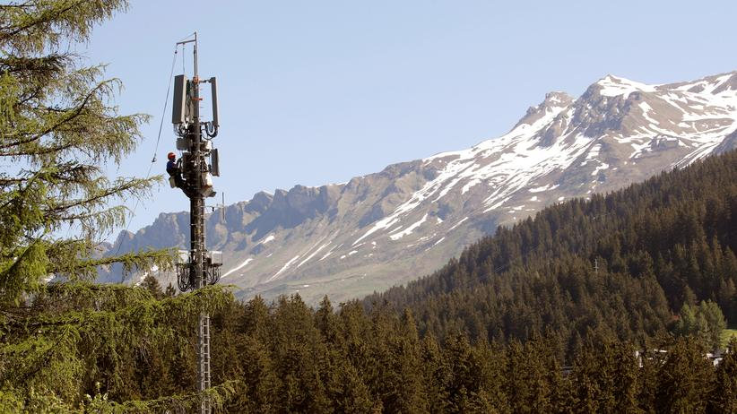 Strahlenrisiken: Vor den Bergen der Lenzerheide installiert ein Techniker eine neue 5G-Antenne für Mobilfunkkommunikation.
