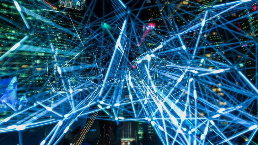 Netzausbau: Lichter der Großstadt im Zeitraffer. Wie schnell unser Internet sein wird? Das hängt vor allem davon ab, wo wir wohnen und ab wann dort 5G verfügbar ist.
