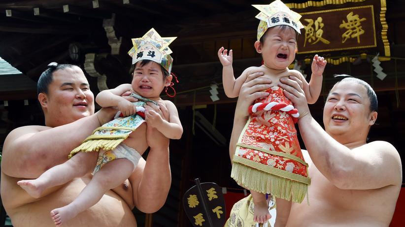 Baby: Sumoringer mit schreienden Babys beim jährlich stattfindenden Babyschreiwettbewerb in Tokio, Japan