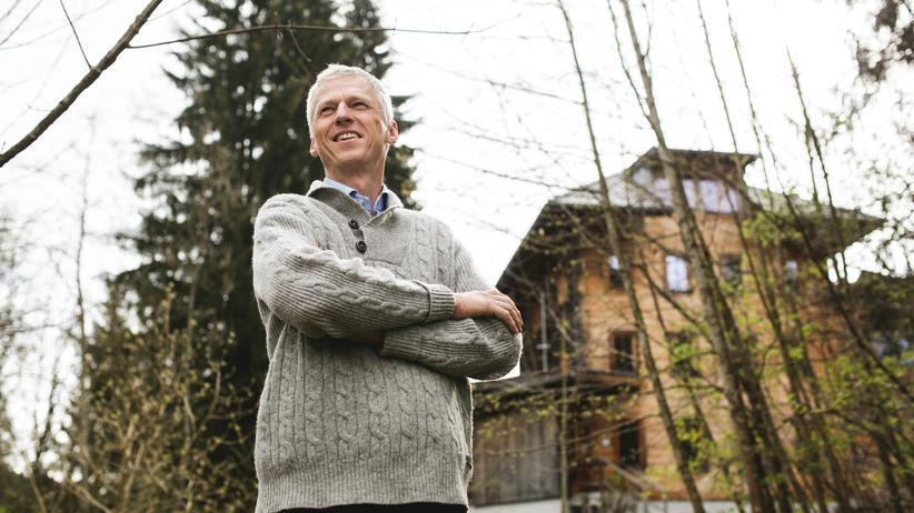 Erwin Thoma: Erwin Thoma vor einem seiner Häuser