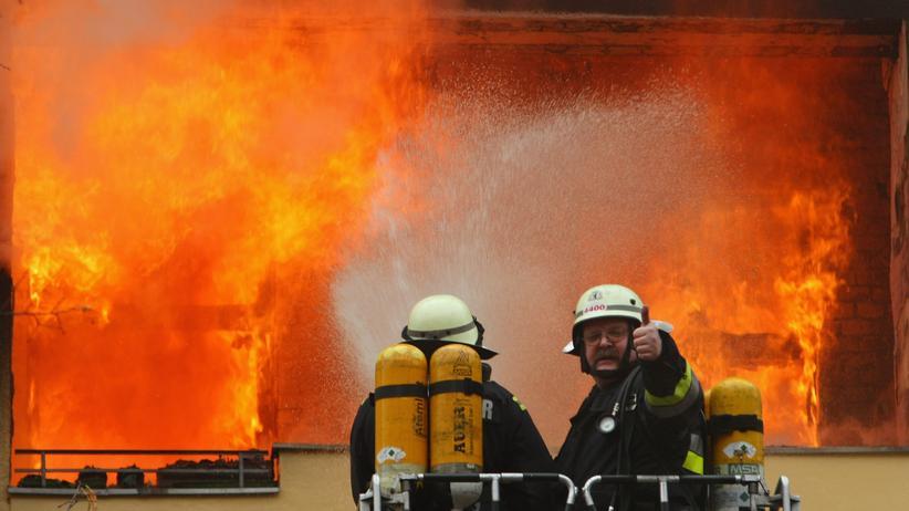 """Feuerwehr: """"In Hollywood springen Feuerwehrmänner ohne Atemmaske über das Feuer in eine brennende Chemiefabrik, aber das ist völliger Unsinn."""""""