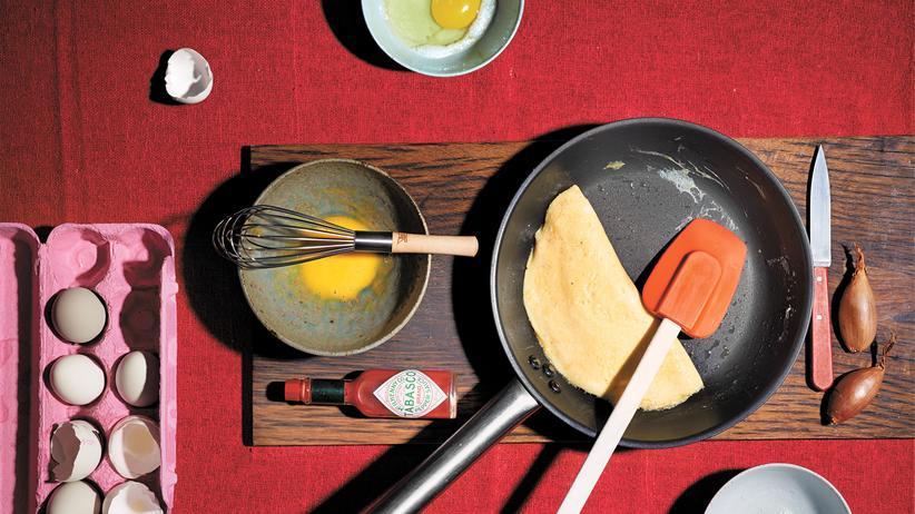 Kochen: Man nehme 30 Minuten Aufmerksamkeit, Konzentration und Hingabe: Das Omelett ist ein Liebesbeweis.