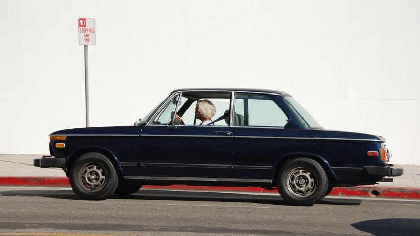 Eine ältere Dame parkt ihren BMW