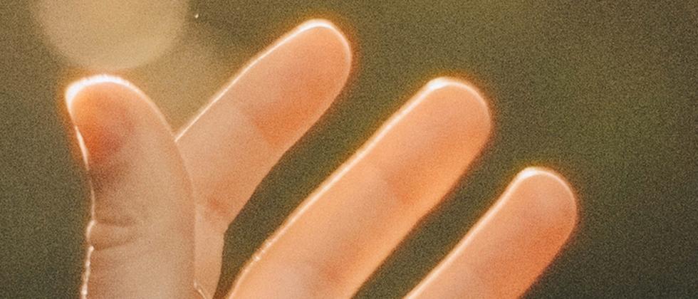 Eine linke Hand
