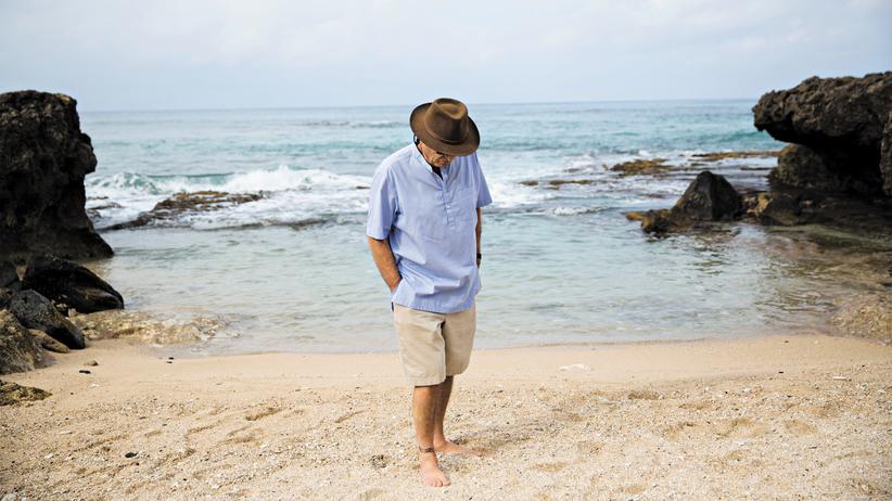 """Paul Theroux am Strand nahe Haleiwa: Hier hat er auch Teile seines neuen Buches """"Ein letztes Mal in Afrika"""" geschrieben."""