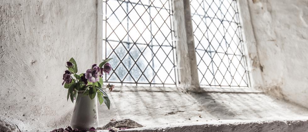 Kirche mit Blumen