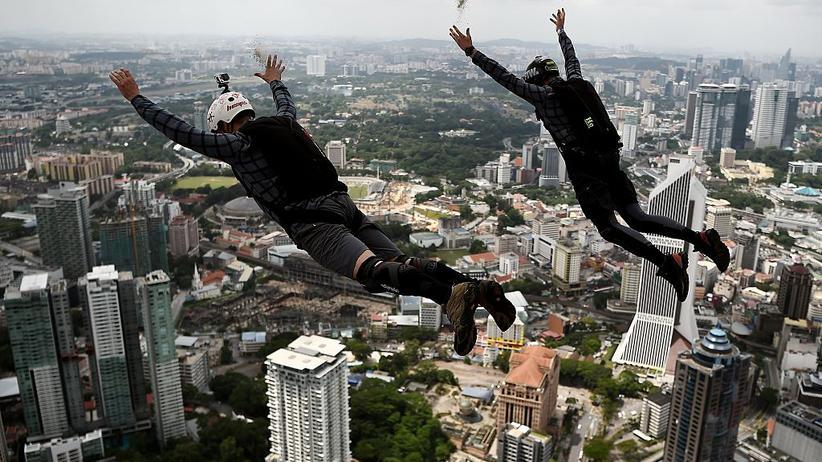 Zwei Base-Jumper beim Sprung vom 300 Meter hohen Skydeck des Kuala Lumpur Towers in Malaysia