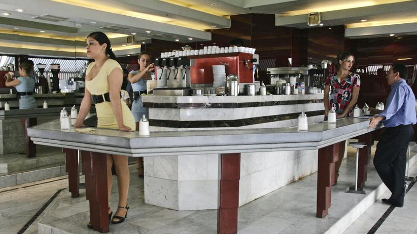 """Café con piernas: Warten auf Gäste: Ein """"Café con piernas"""" in der Innenstadt von Santiago"""