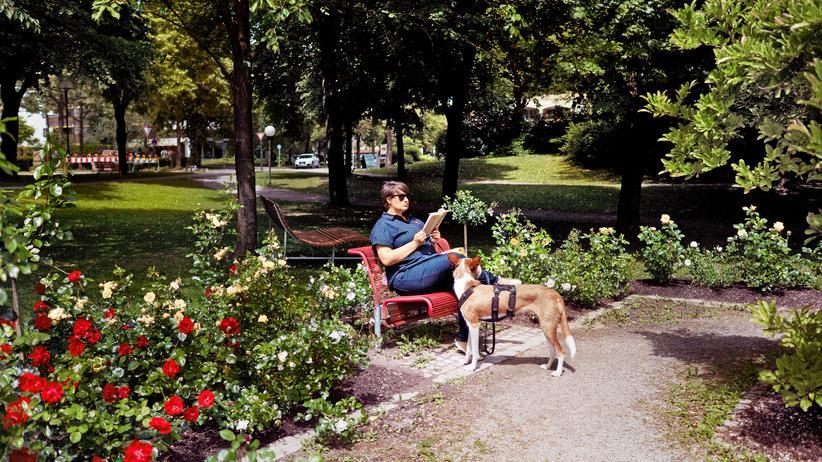 Kur: Die Autorin mit ihrem Hund im Kurpark von Bad Füssing.