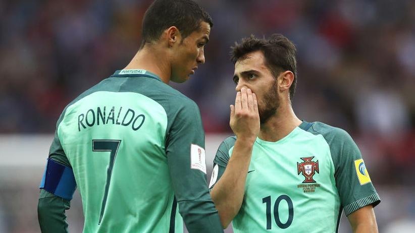 Fußball: Bernardo Silva will sichergehen, dass niemand mitbekommt, was er Cristiano Ronaldo zu sagen hat.