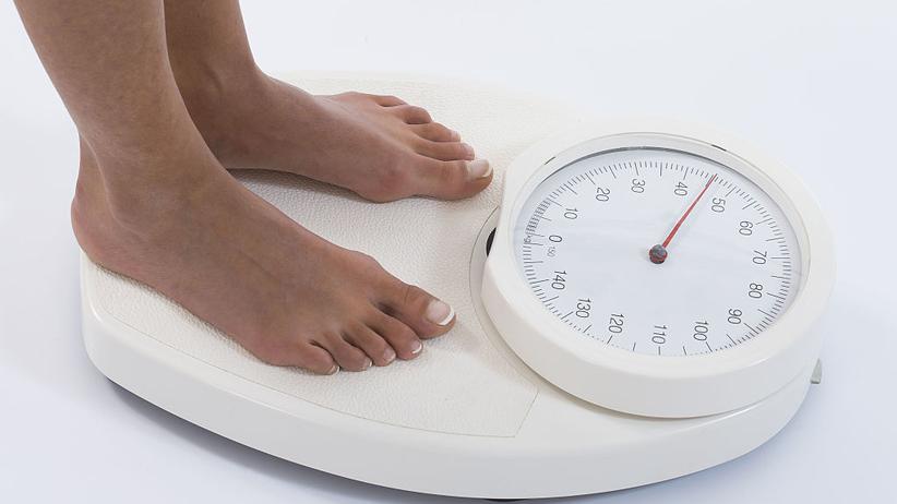 Übergewicht: Drei Burger, Pommes, Apfeltasche