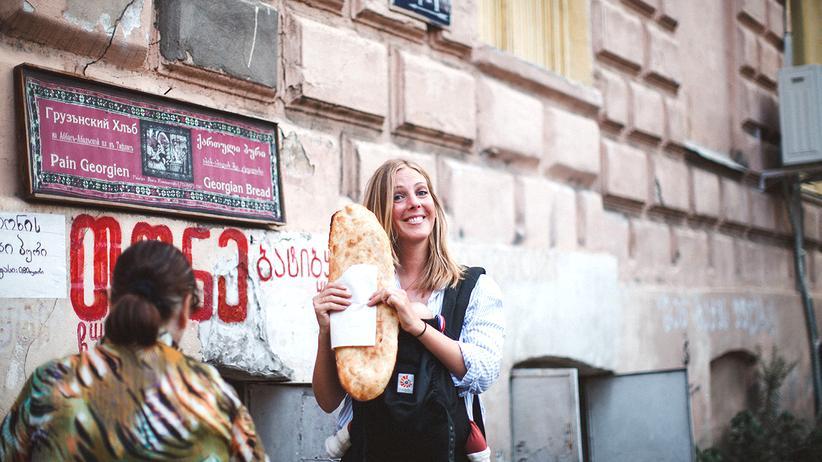 """""""Mein persönlicher Mutterpass"""": Malin Elmlid, 1980 in Schweden geboren, lebt seit fast 20 Jahren in Berlin. 2014 erschien ihr erstes Buch """"The Bread Exchange"""" über ihr Projekt, bei dem sie selbst gebackenes Sauerteigbrot gegen die unterschiedlichsten Dinge tauschte. 2015 kam ihr Sohn auf die Welt."""