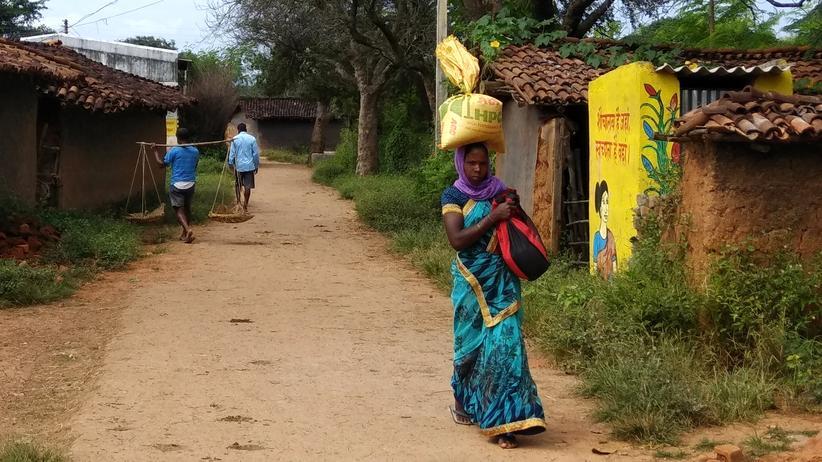 Indien: Eine Dorfbewohnerin läuft an einer neu gebauten SBM-Toilette vorbei.