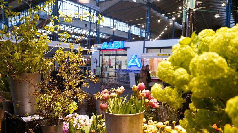 Markthalle Neun: Nicht nur Narzissen: Die Auswahl am Blumenstand gegenüber ist ungleich größer.