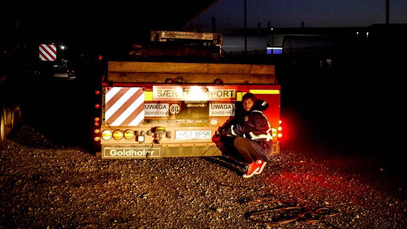 Vor der Abfahrt in Cuxhaven überprüft Iwona Blecharczyk noch mal, ob alle Rücklichter funktionieren.