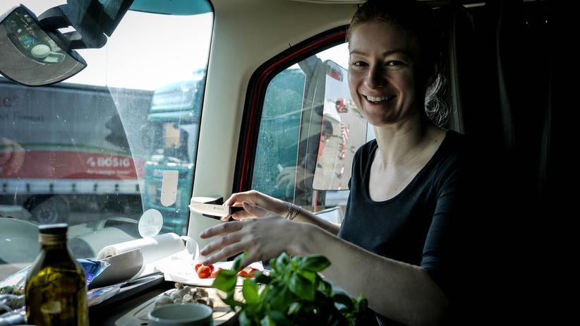 Iwona Blecharczyk kocht jede Mahlzeit selbst. Ihre Nahrungsmittel bewahrt sie in Kisten und einem kleinen Kühlschrank unter ihrem Bett auf.