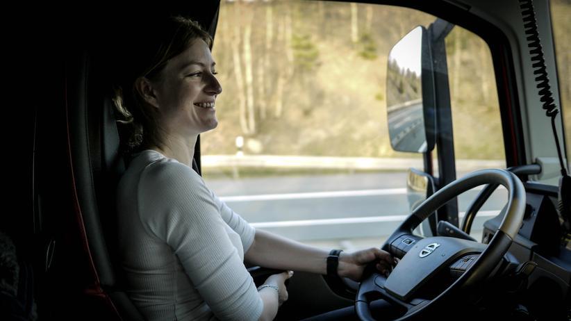 Iwona Blecharczyk darf mit einem Schwertransport nicht mehr als 4,5 Stunden am Stück fahren. Danach muss sie eine Pause machen.