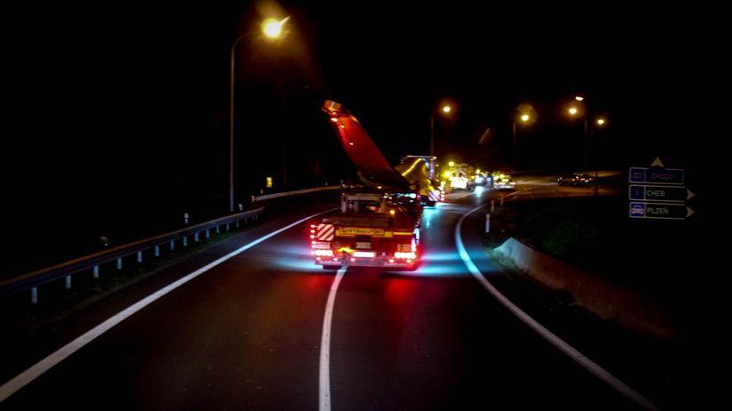 Schwertransporte dürfen nur nachts fahren, um den Verkehr so wenig wie möglich zu stören.
