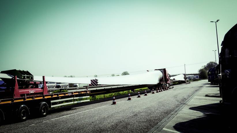 Das Rotorblatt, das Iwona Blecharczyk von Cuxhaven in einen tschechischen Windpark transportiert, ist 55 Meter lang und 12 Tonnen schwer.