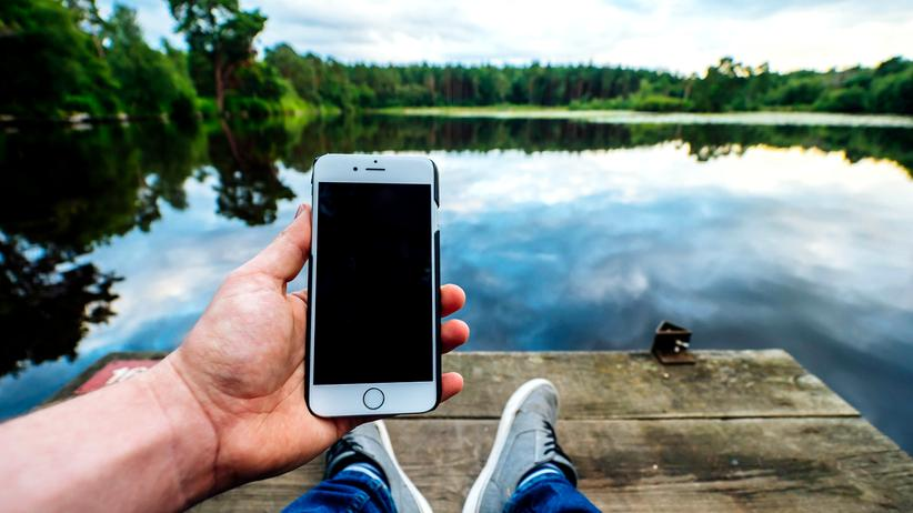 Smartphones: Auf der Suche nach Strom verpasst man das eigentliche Leben.