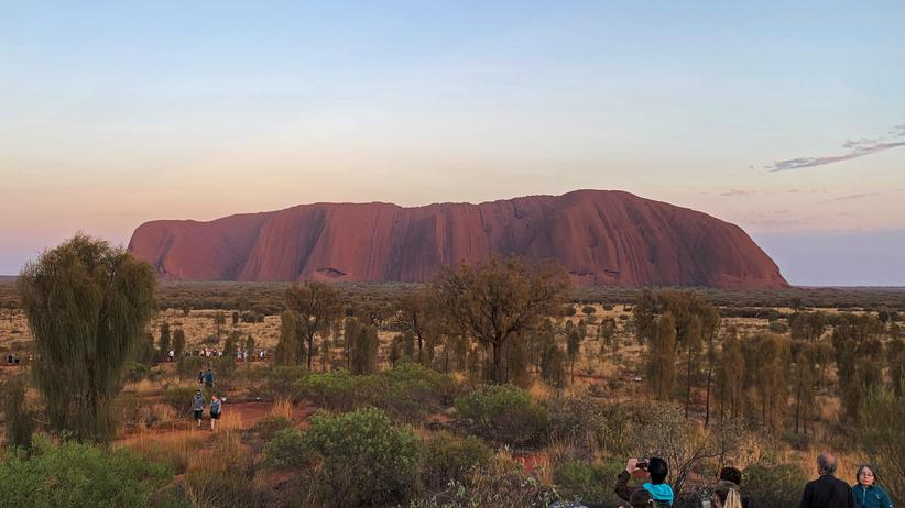 """""""Heiliger Berg"""": People view Uluru, formerly known as Ayers Rock, the day before a permanent ban on climbing the monolith takes effect following a decades-long fight by indigenous people to close the trek, near Yulara, Australia, October 25, 2019.  REUTERS/Stefica Bikes - RC1808D855B0"""