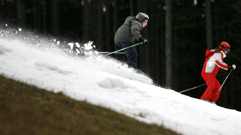 Skilager: Ein Kunstschneestreifen, daneben grüne Wiese: Auch im tiefsten Winter sehen Skigebiete immer häufiger so aus.