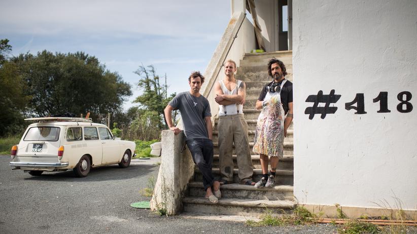 Frankreich: Die drei Surfer und Möbeldesigner vor ihrer Werkstatt mit der Hausnummer 418