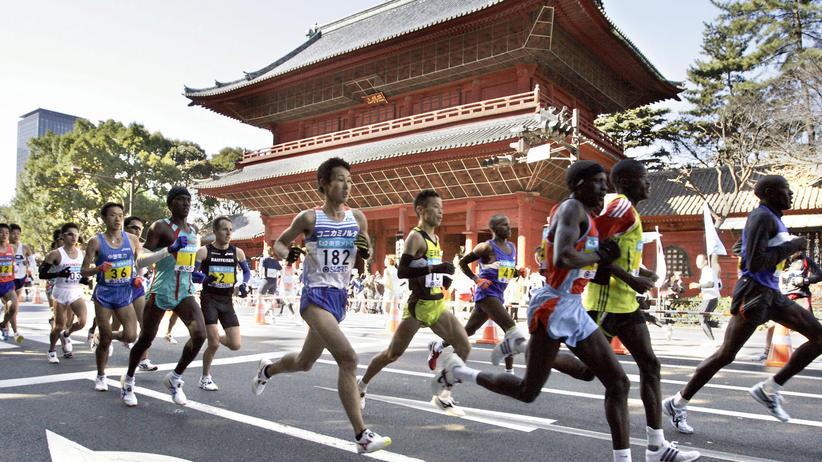 Laufen: Marathonläufer passieren den Zōjō-ji-Tempel in Tokios Innenstadt.