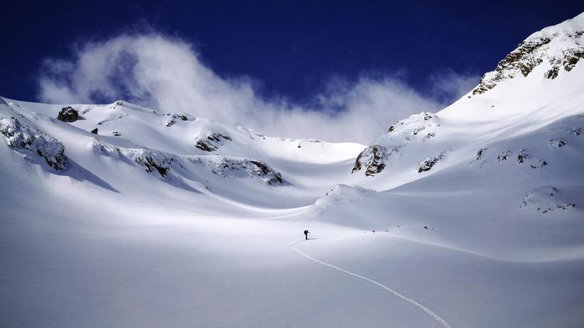 Ein einsamer Skiwanderer im bulgarischen Pirin-Gebirge