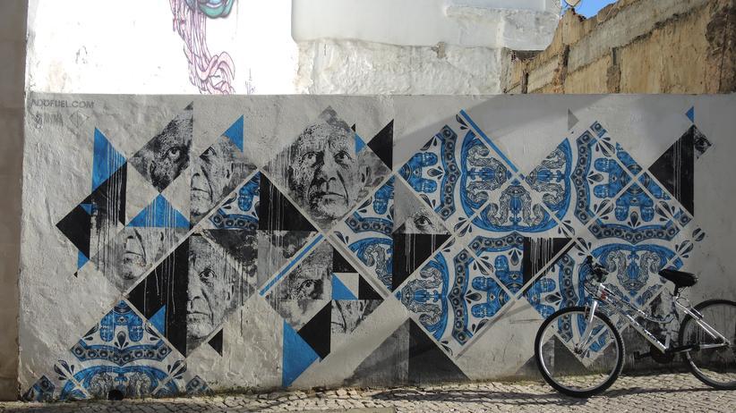 Algarve: Street-Art im Algarve-Style: Blau auf Kalkweiß