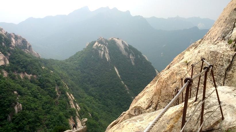 Der Weg zum Gipfel des Bukhansan ist felsig.