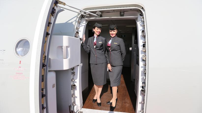 Fliegen: Stewardessen von Qatar Airlines im neuen Airbus A350XWB.