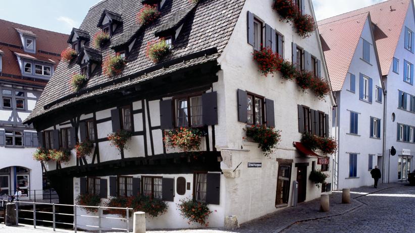 """Ulm: Das """"Schiefe Haus"""" steht vornübergebeugt in der Ulmer Altstadt."""
