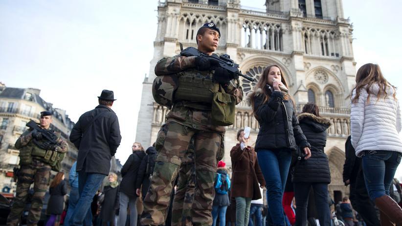 Terror: Alltag: Französische Soldaten patrouillieren vor der Notre-Dame-Kathedrale.