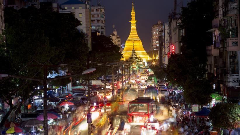 Myanmar: In Yangon führen viele Straßen zur Sule-Pagode und auch drum herum.