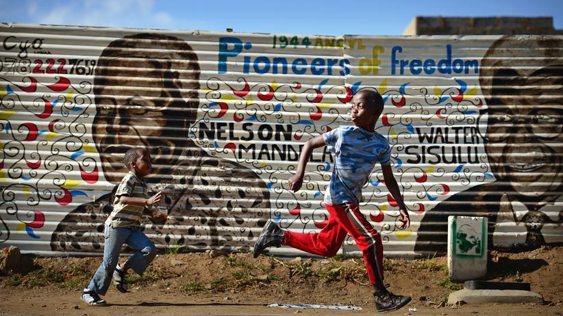 Soweto: Ikone am Zaun: Nelson Mandelas ehemaliger Wohnort Soweto wird wohl auf ewig mit seinem Namen verbunden bleiben.
